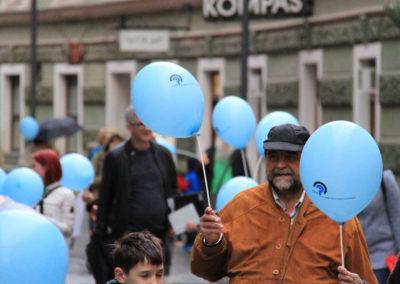 Sprehod z modrimi baloni