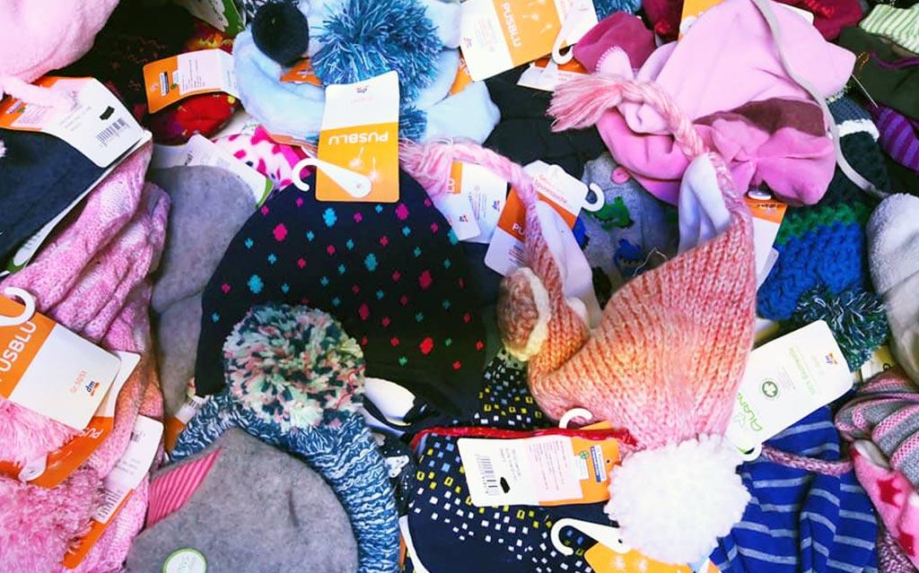 V sodelovanju z DM podarjamo otroška oblačila, kape, nogavice, žabe…